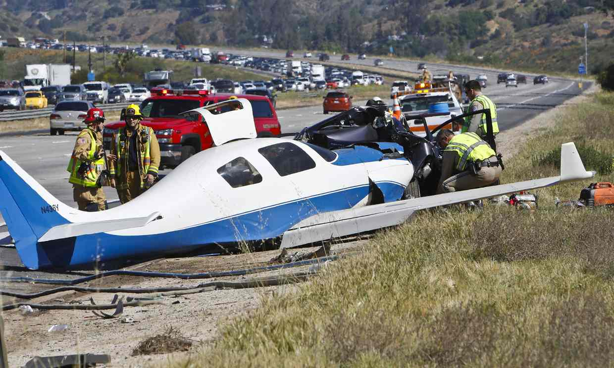 plane crashes on Freeway killing one